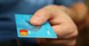 Carte bancaire à débit différé ou à débit immédiat : avantages, inconvénients